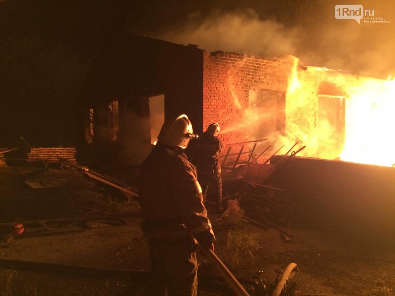 В Шахтах сгорел склад с пиломатериалами, фото-1
