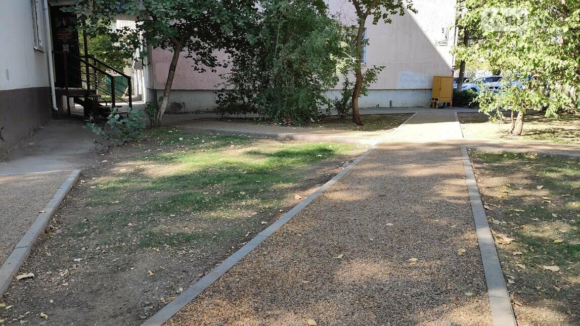 Тропинки от пешеходной зоны во дворы
