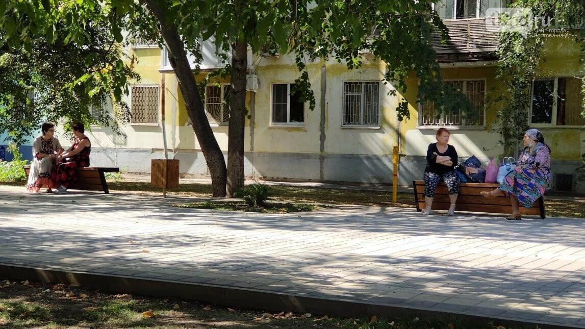 посетители пешеходной зоны на бульваре Новоселов