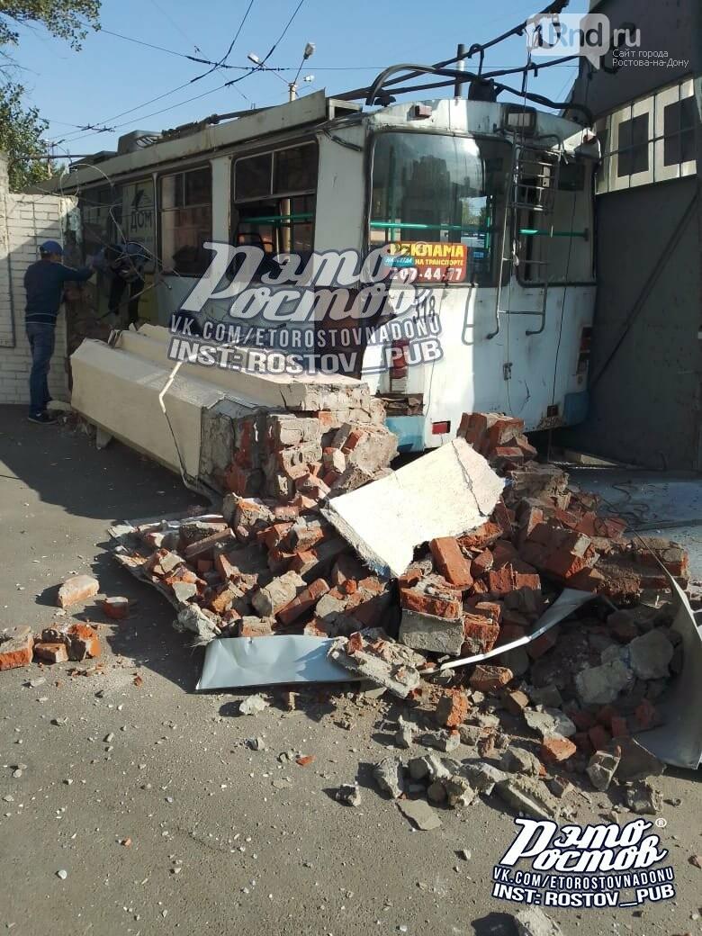 Троллейбус проехал сквозь стену депо