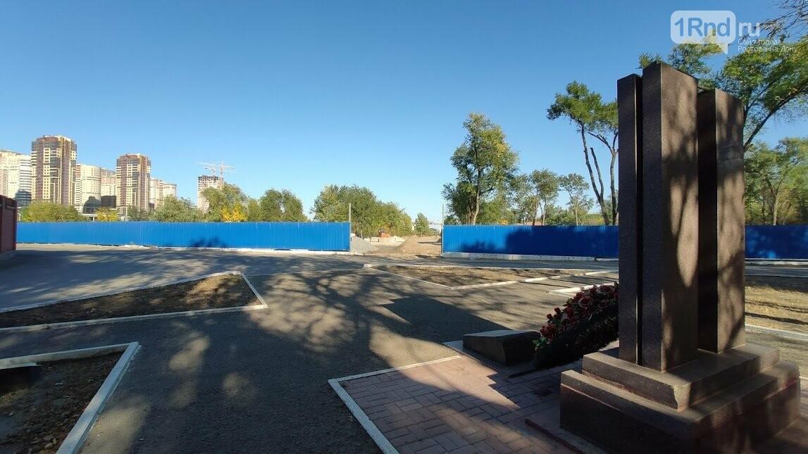 Пешеходная зона на Зеленом острове начинается от памятника чекистам