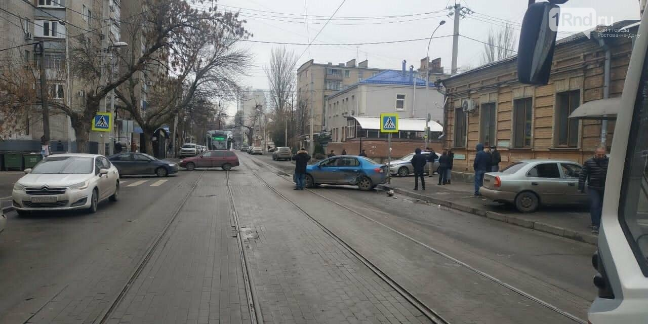 ДТП  с тремя машинами, остановкой и домом в Ростове, Фото ГИБДД РО