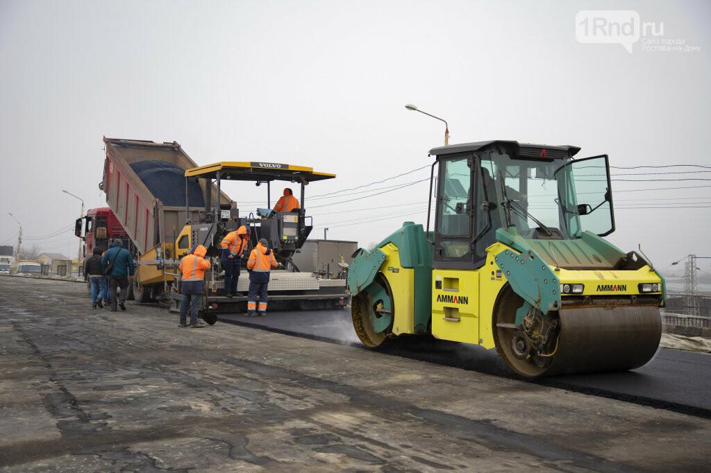 На двойнике моста Малиновского укладывают асфальт, Фото пресс-службы мэрии