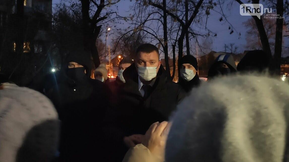 Егор Долматов на встрече с жильцами дома по Кривошлыковскому, 4, Фото Анны Дунаевой