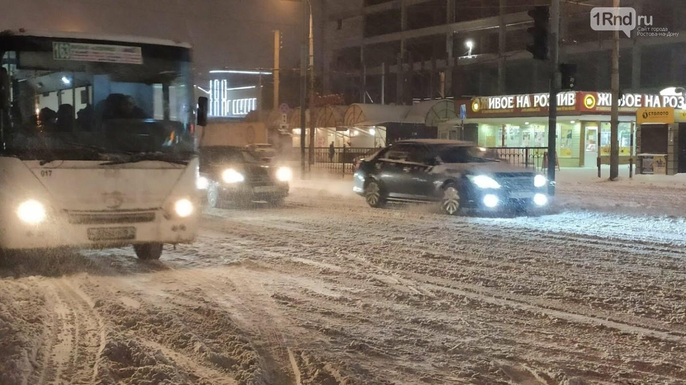 Даже на расчищенных магистралях - накаты и колеи, Фото 1rnd.ru