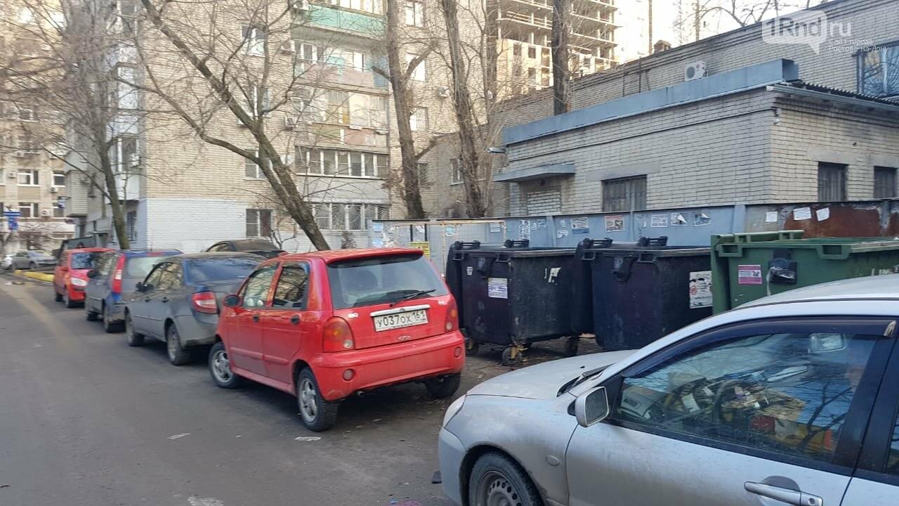 Автомобили преградили подъезд к площадке, фото 1rnd.ru