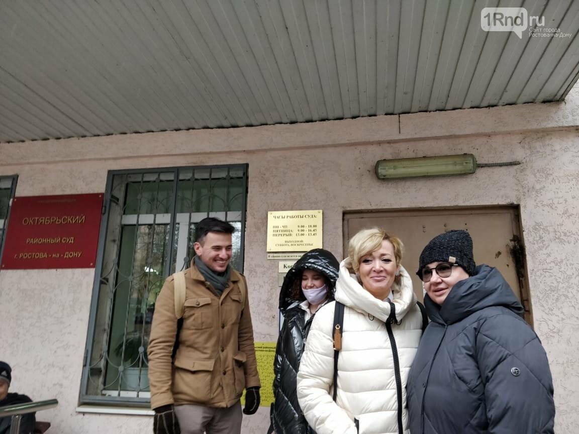 Анастасия Шевченко после заседания, в черной куртке сзади - ее дочь Влада