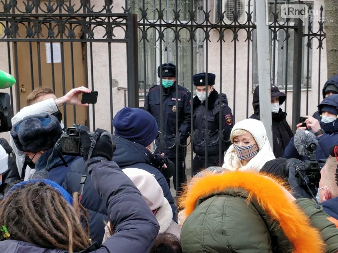 Анастасия Шевченко у здания суда