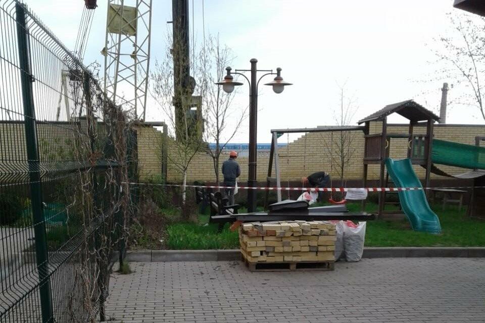 Кирпичная стена рухнула на детскую площадку, Фото очевидцев