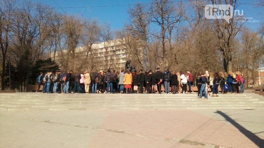«Это боль всей страны!»: Ростовчане несут цветы впамять ожертвах теракта