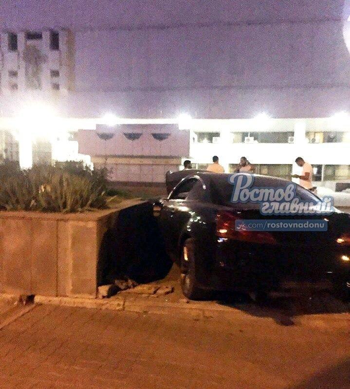 В Ростове иномарка снесла платаны и врезалась в клумбу возле музтеатра, фото-1