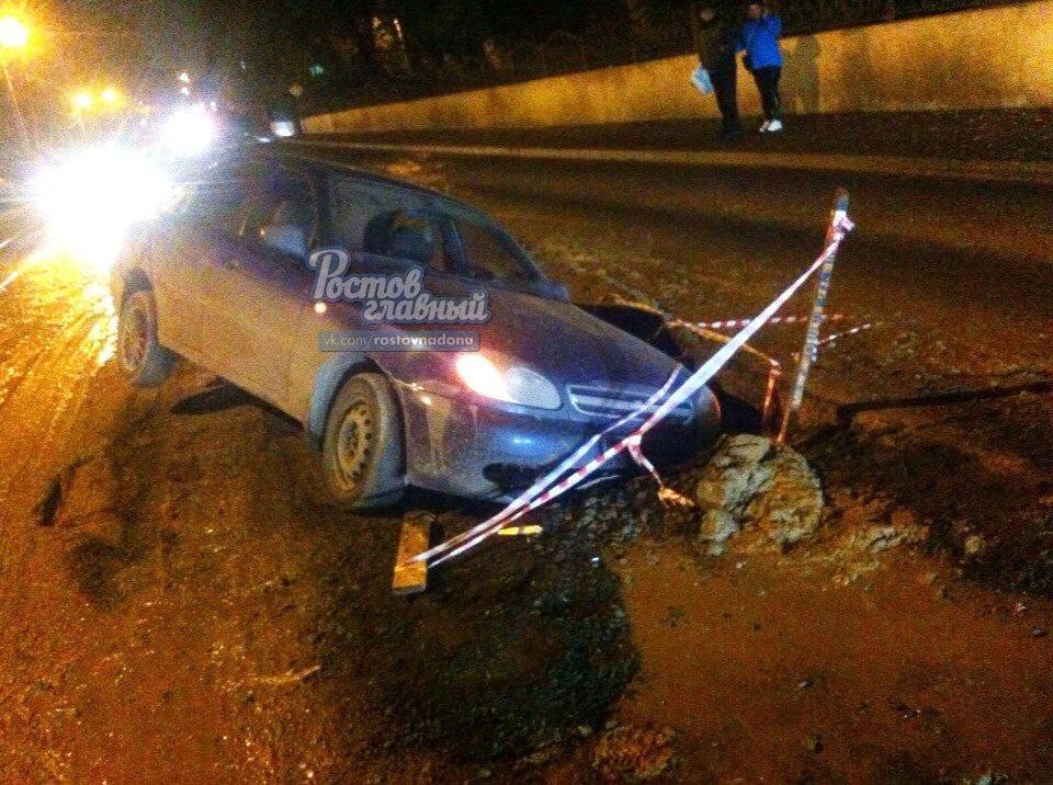 В Ростове на Закруткина автомобиль угодил в выкопанную коммунальщиками яму, фото-1