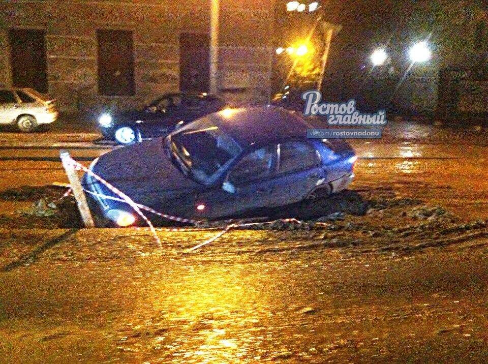 В Ростове на Закруткина автомобиль угодил в выкопанную коммунальщиками яму, фото-2