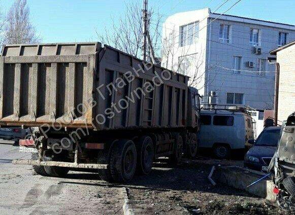 Месиво: грузовик протаранил пять легковушек на улице Нансена в Ростове, фото-1