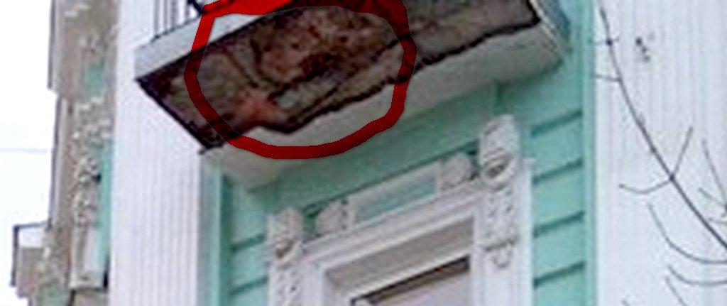На Соборном отвалился кусок балкона, а на его месте появилось лицо улыбающейся девочки, фото-5