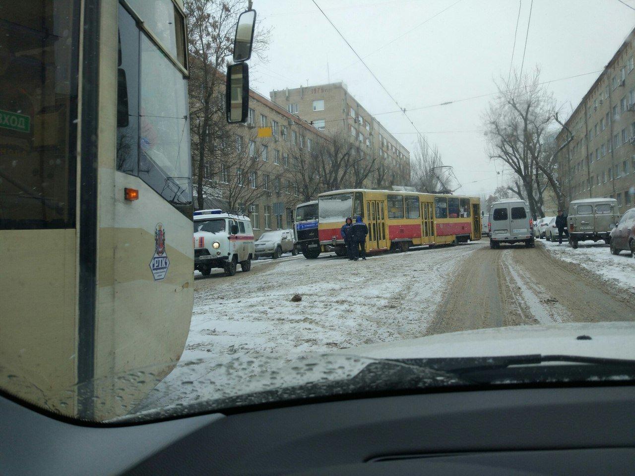 В Ростове трамвай сошел с рельсов во время сильного снегопада , фото-1