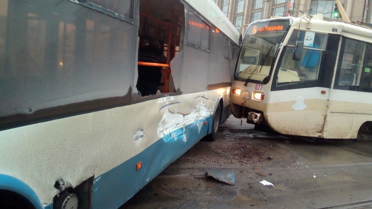Трамвай и троллейбус столкнулись возле ЦУМа в Ростове-на-Дону, фото-2