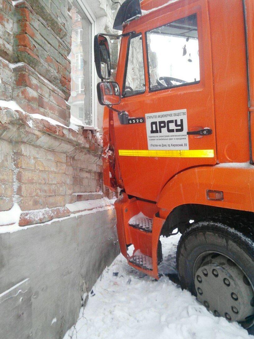 В центре Ростова КАМАЗ дорожников врезался в дом, фото-1
