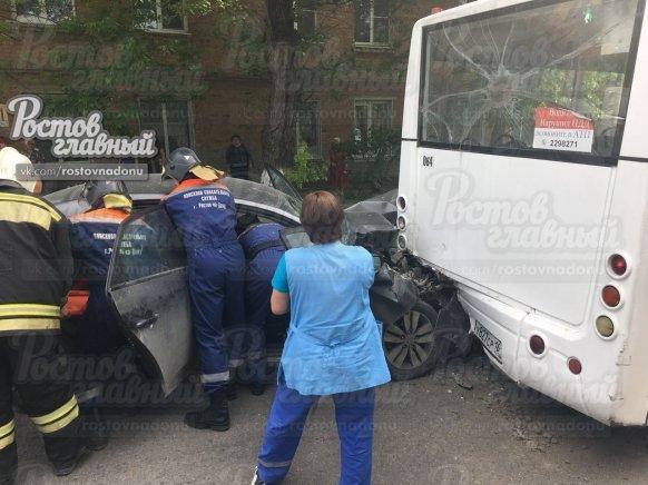В Ростове на улице Ленина иномарка влетела в автобус, фото-2