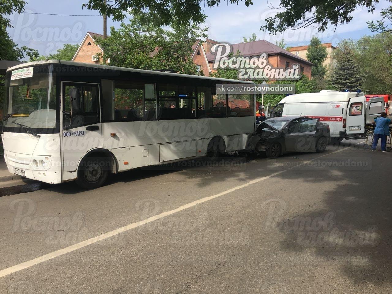 В Ростове на улице Ленина иномарка влетела в автобус, фото-3