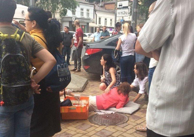 В Ростове на ул.Суворова неуправляемая иномарка сбила женщину и врезалась в дом, фото-1