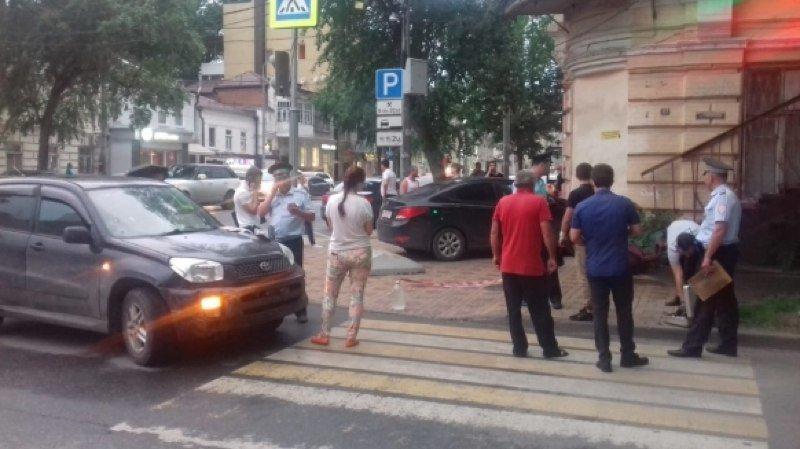 В Ростове на ул.Суворова неуправляемая иномарка сбила женщину и врезалась в дом, фото-2