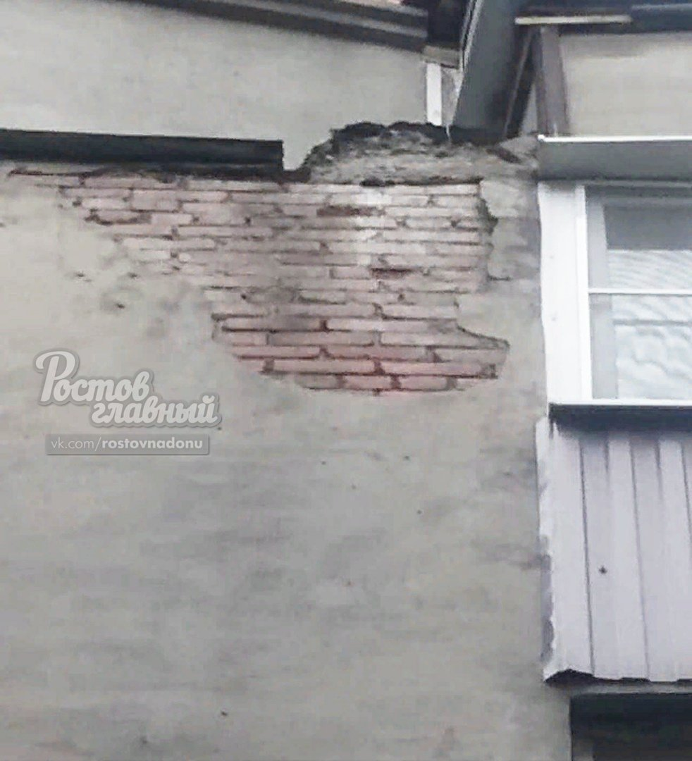 В центре Ростова машину разбило штукатуркой, обрушившейся со здания, фото-2