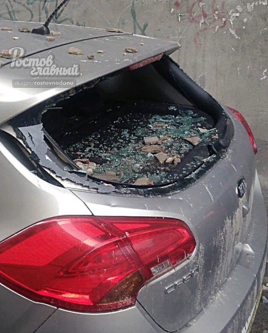В центре Ростова машину разбило штукатуркой, обрушившейся со здания, фото-1