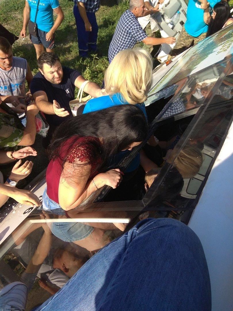 Спасались через окна: под Ростовом иномарка протаранила маршрутку, фото-1