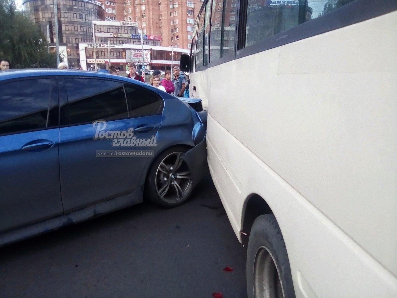 В Ростове произошло ДТП с участием маршрутного такси, фото-1