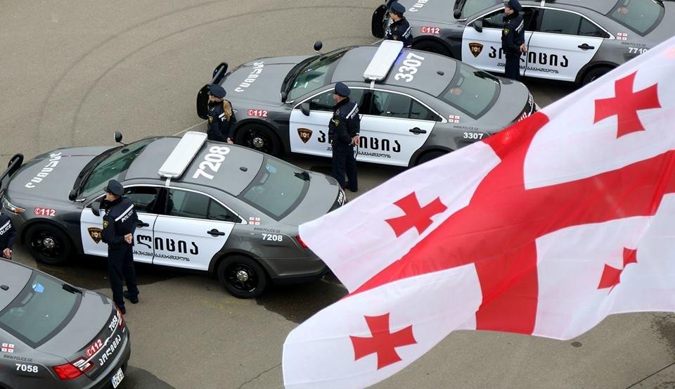 Машины и форма дорожных полицейских