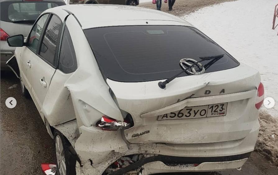 В Ростове виновник массового ДТП при попытке сбежать протаранил машину и потерял номера, фото-1
