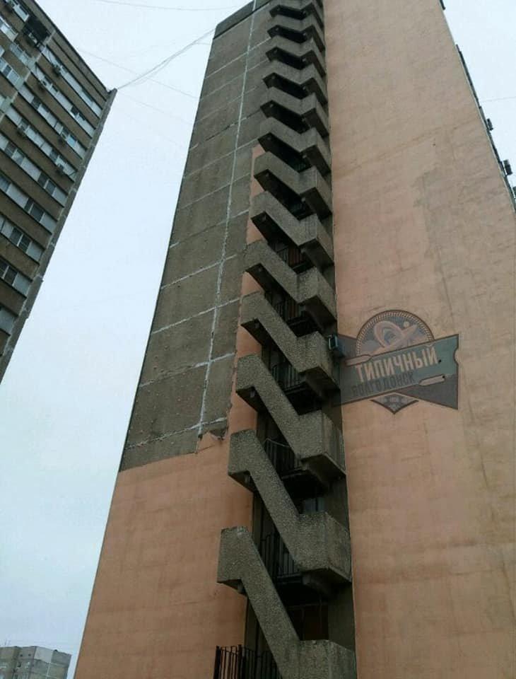 «Это наши деньги за капремонт улетели» - в Волгодонске с высотки ветром сдуло утеплители, фото-1