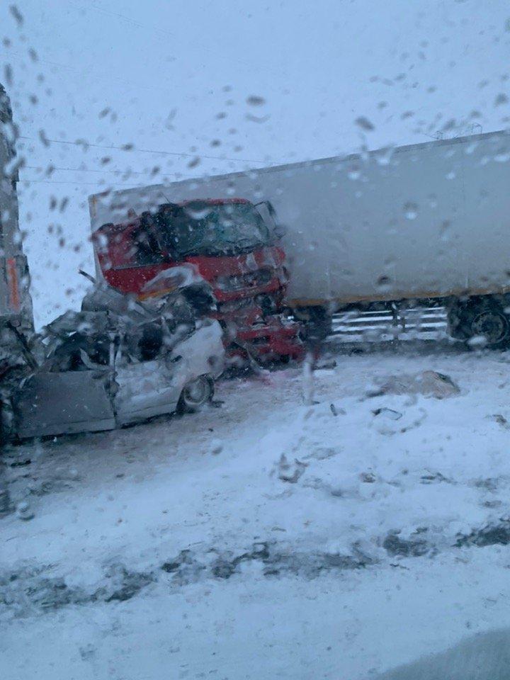 Движение по трассе М-4 в Ростовской области парализовано из-за серии ДТП и метели, фото-1