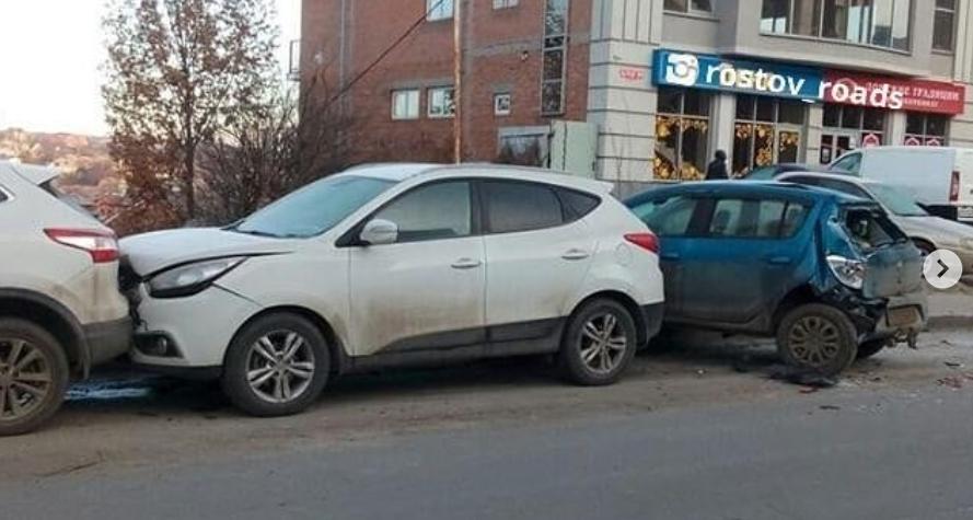 В Ростове автобус смял припаркованные у дороги машины, фото-1