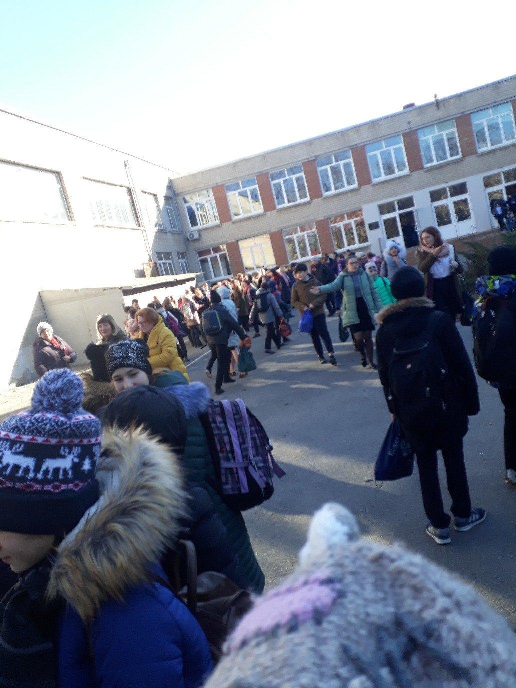 В Ростове третий день подряд идёт массовая эвакуация школ и ТРЦ, фото-1