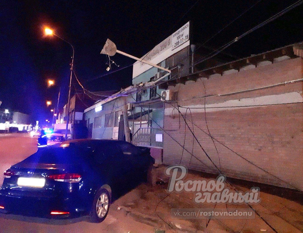 В Ростове KIA Cerato на скорости влетела в столб, фото-1