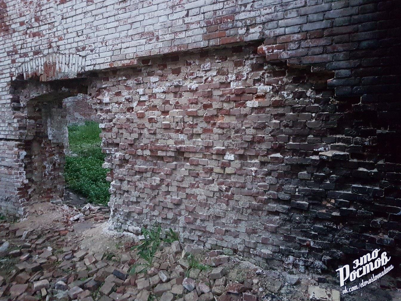 В Ростове на Парамоновских складах обрушилась часть стены, фото-2