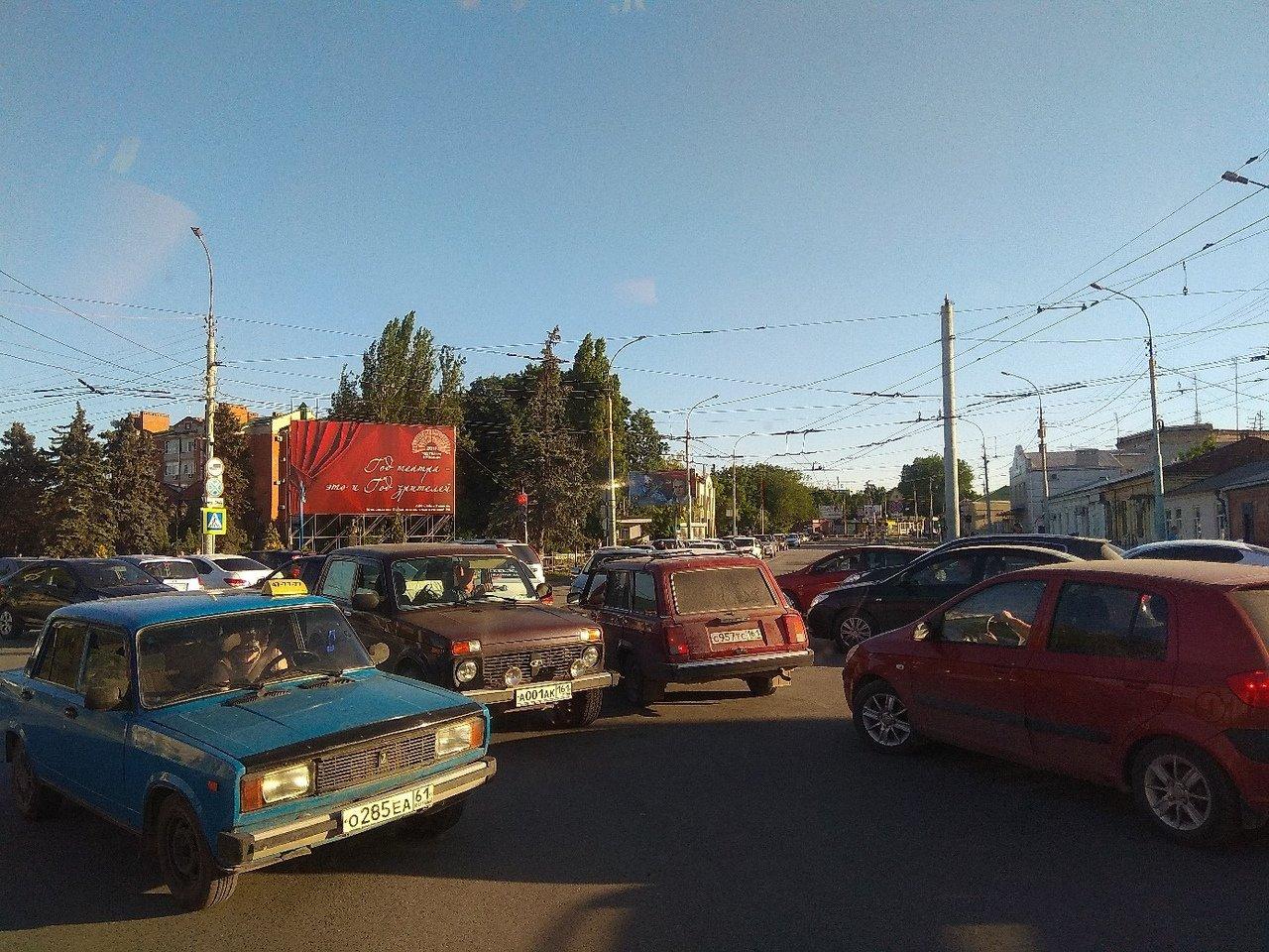 Движение в Таганроге парализовано из-за массовых эвакуаций ТРЦ, фото-2
