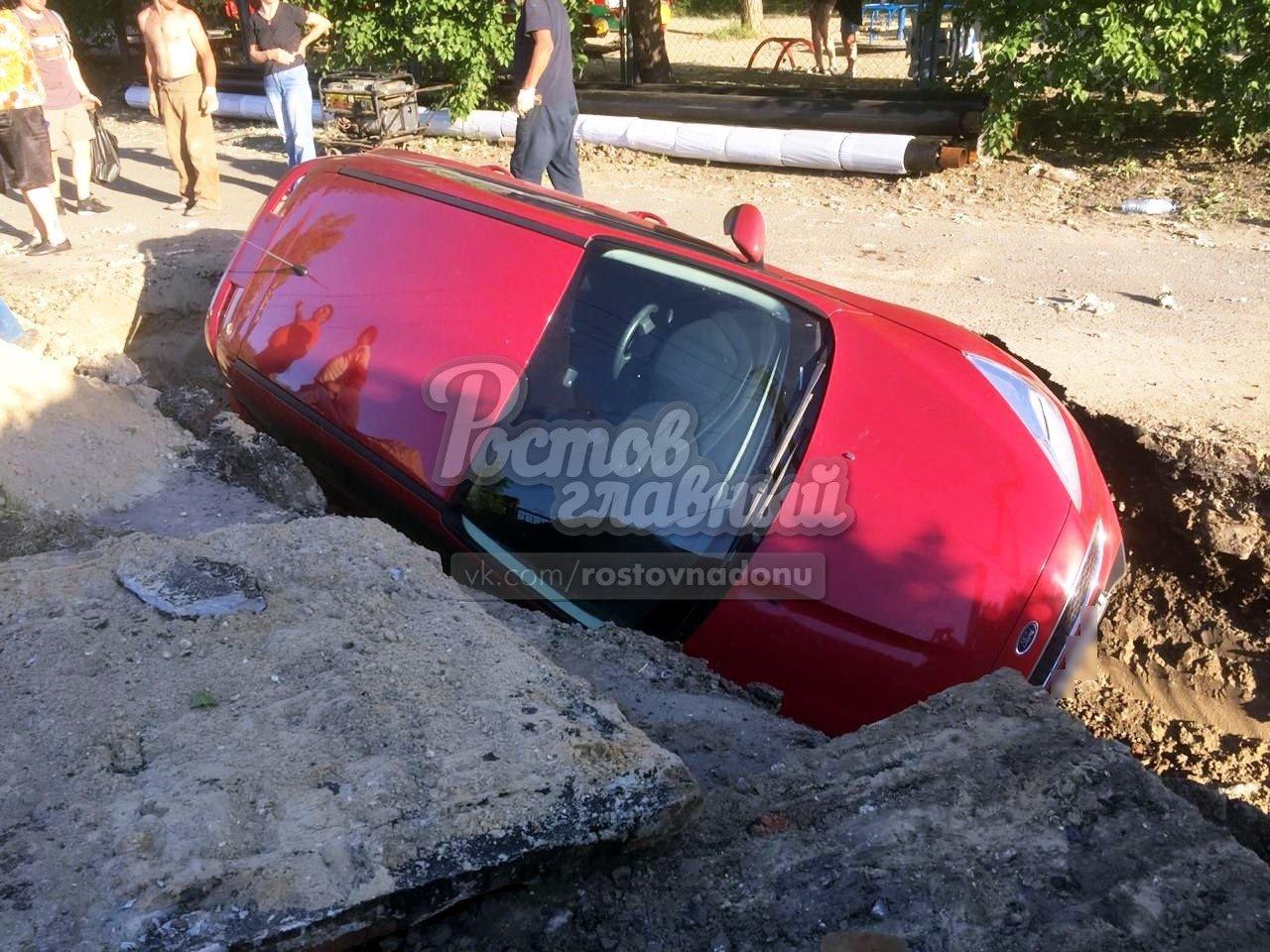 В Ростове легковой автомобиль свалился в  траншею , фото-1