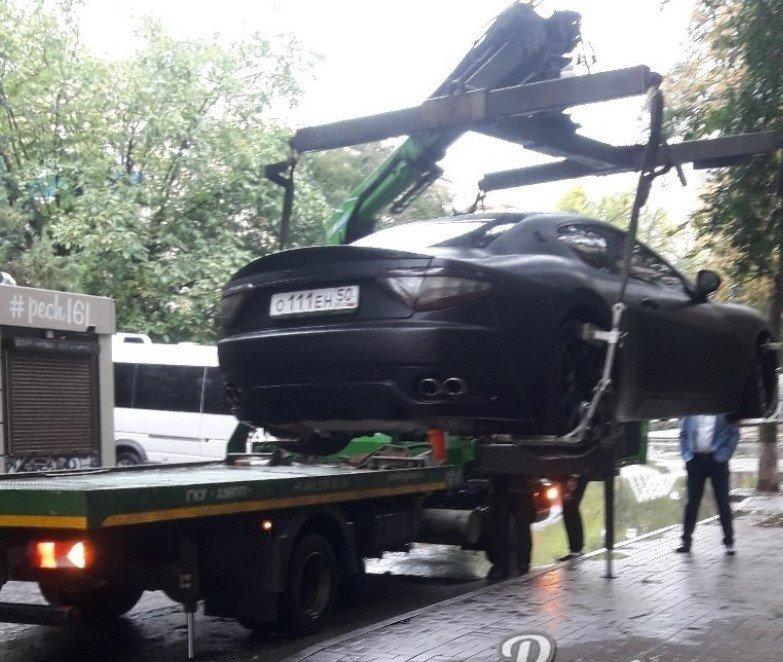 В центре Ростова эвакуировали припаркованный на тротуаре Maserati , фото-1