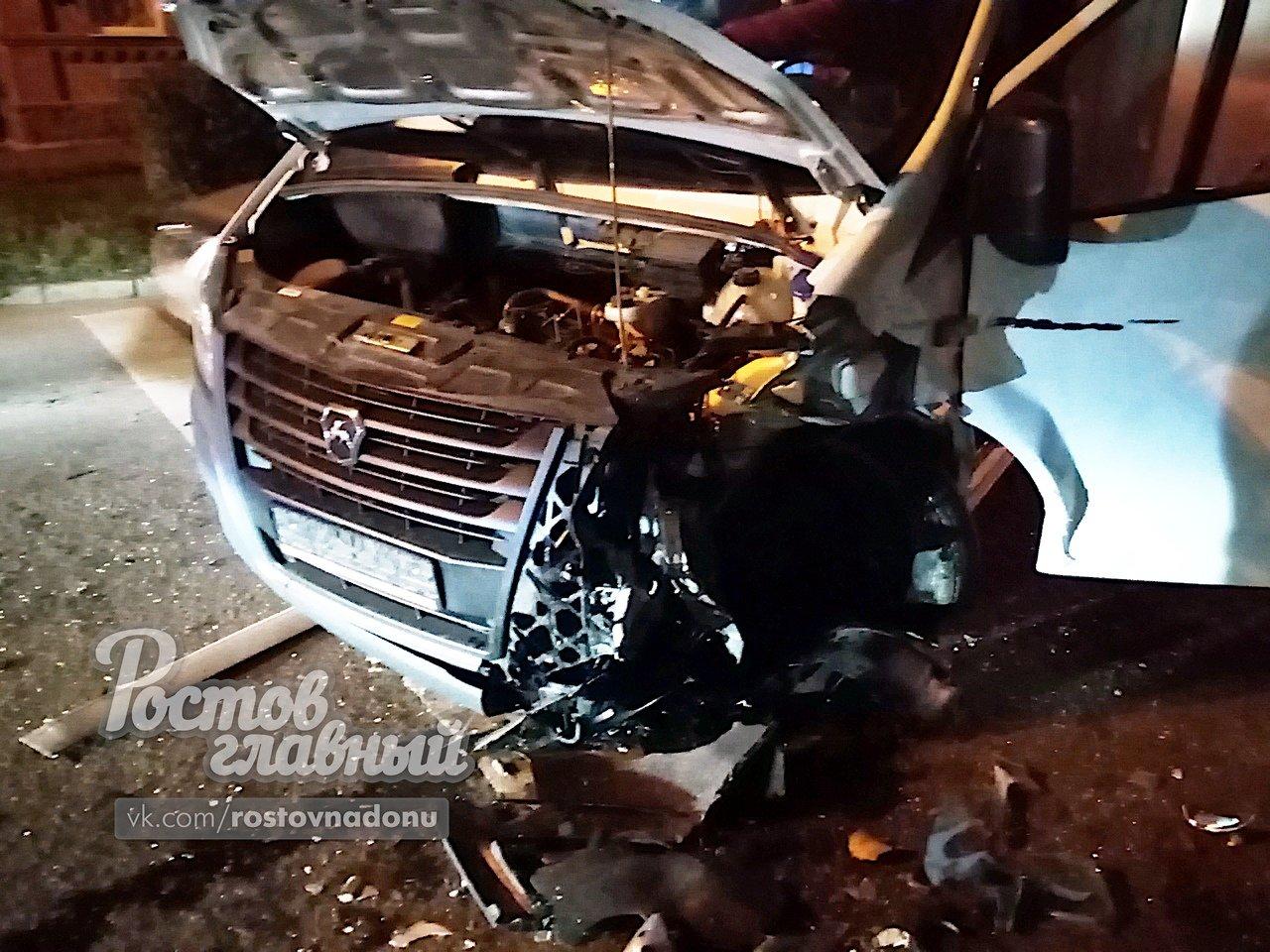 В ночном ДТП в Ростове водителя ВАЗа зажало в своей машине, фото-1