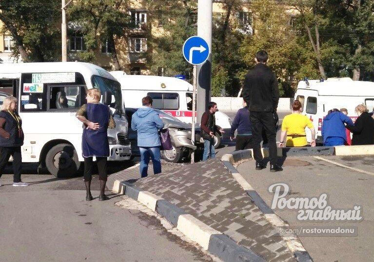 В Ростове столкнулись маршрутка и иномарка, есть пострадавшие, фото-1