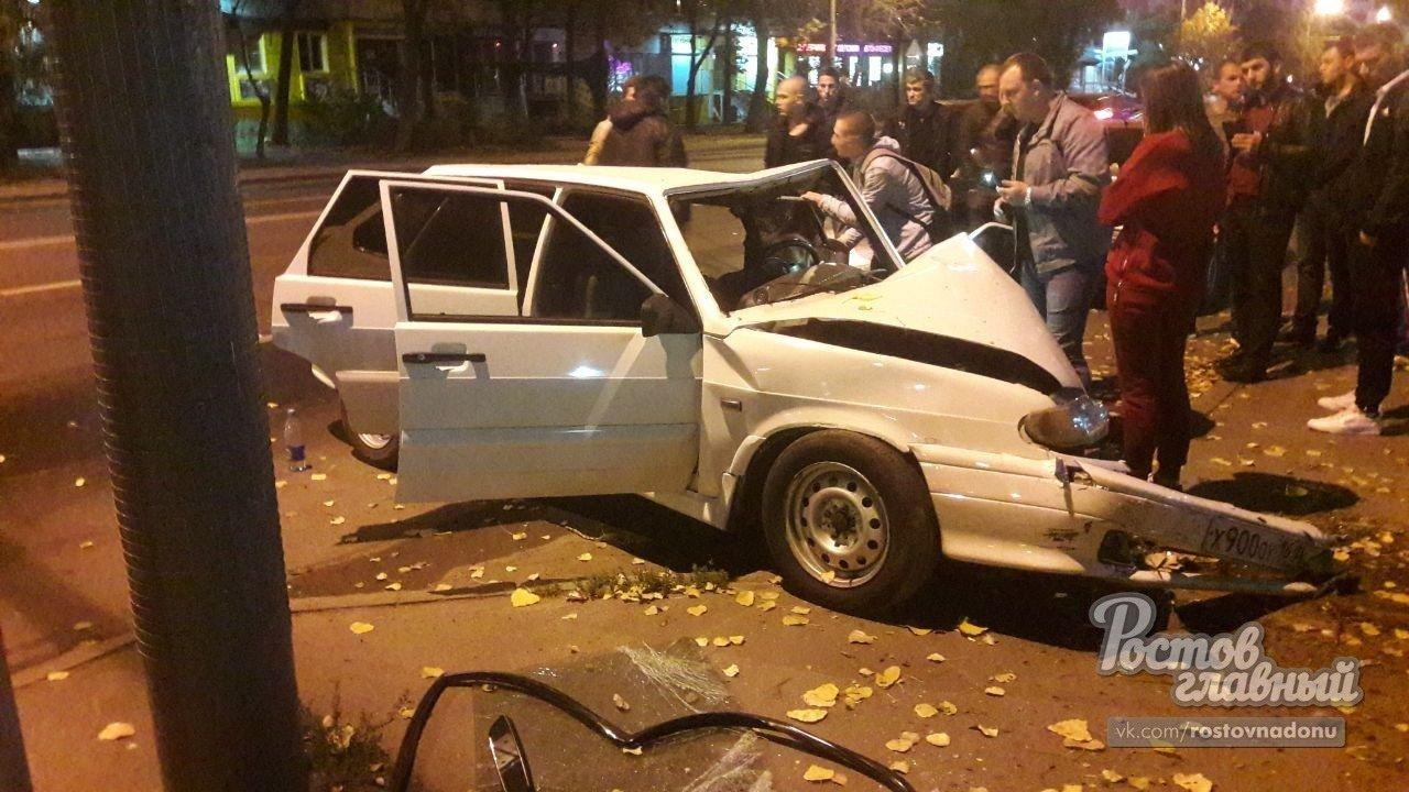 В центре Ростова ВАЗ влетел в столб, водитель погиб, фото-1