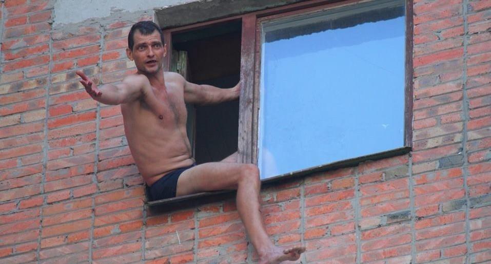 В таганроге мужчина свесил ноги из окна 12-го этажа и требов.