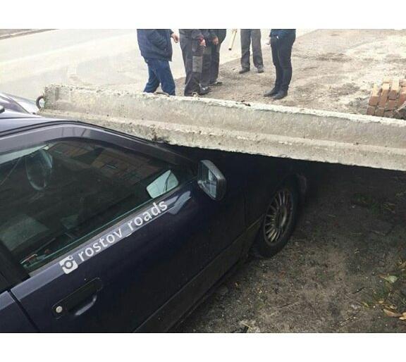ВРостове-на-Дону поворачивающая фура повалила бетонную плиту на Ауди