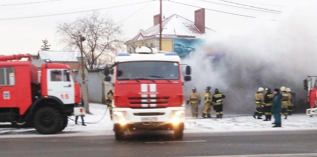 Автосервис сгорел в Ростове на ул.Малиновского, в огне погиб человек