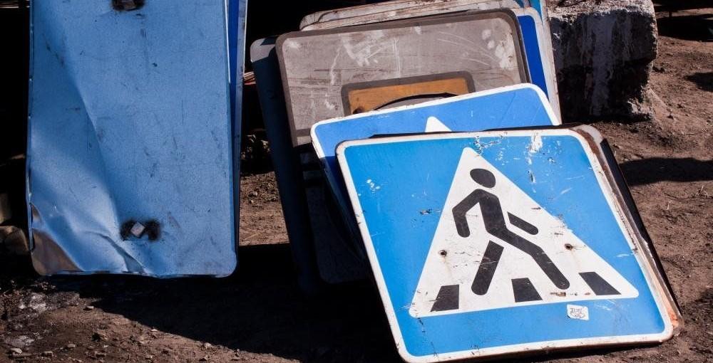 Мотоциклист вНовошахтинске похитил 7 уличных знаков исдал наметаллолом