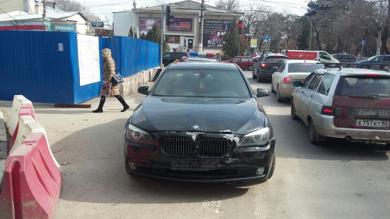 Ростовчанин на BMW прокатил на капоте полицейского в Симферополе